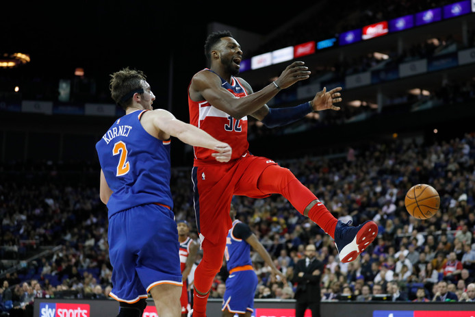 Washington Wizards-speler Jeff Green (32) vliegt voorbij Luke Kornet (2) van de New York Knicks.
