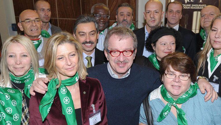 De leider van Lega Nord, Roberto Maroni, temidden van andere kandidaten van de partij. Beeld EPA