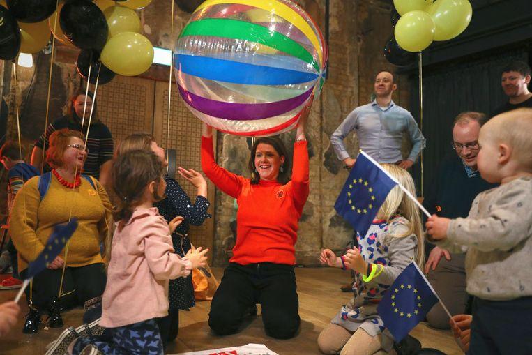 Swinson speelt met kinderen in het Battersea Arts Centre in Lavender Hill.