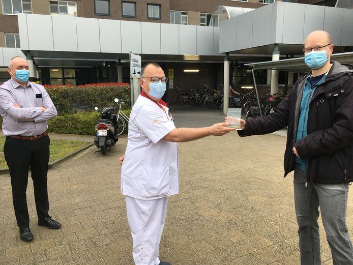 Dirk Andries, hoofdverpleegkundige van de afdeling Intensieve Zorgen van AZ Nikolaas, krijgt de Harteklop-prijs van PVDA-voorzitter Chris Wauman.