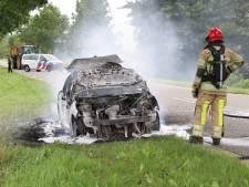 Flinke autobrand op Lemsterweg bij Bant: rijdende wagen fikt volledig af