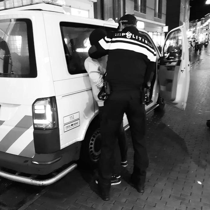 De politie houdt een man aan omdat hij eerder met een mes zou hebben gedreigd.