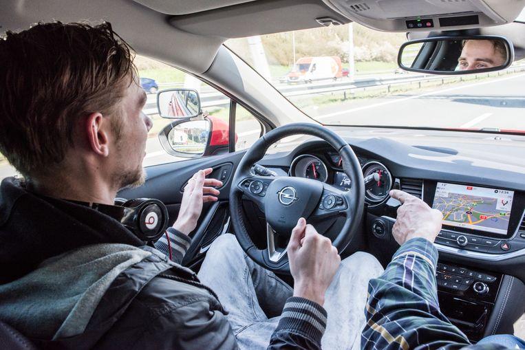 In auto's zitten steeds meer elektrische veiligheidssystemen waardoor de verzekeringspremies omlaag kunnen. Beeld  Simon Lenskens