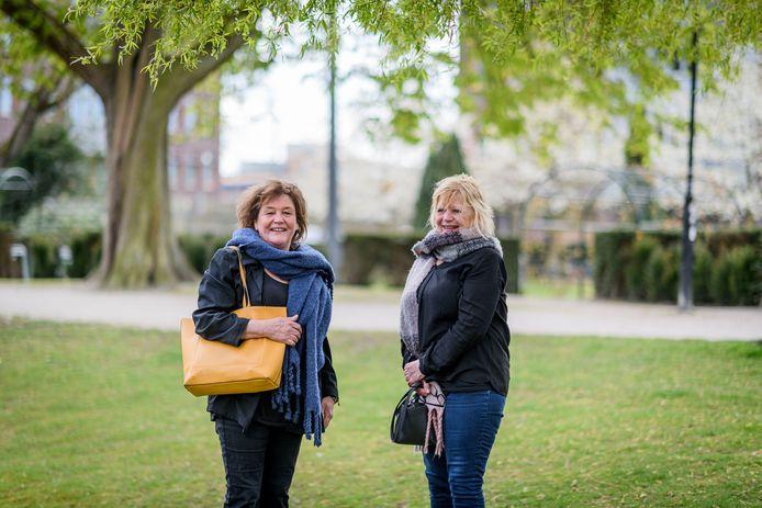 Esther (links) en Jacqueline Kersten verloren hun halfzus Marie-José. Nu bakkeleien ze met de gemeente Oldenzaal over de afhandeling van de crematie, waar veel oud zeer door naar boven komt.