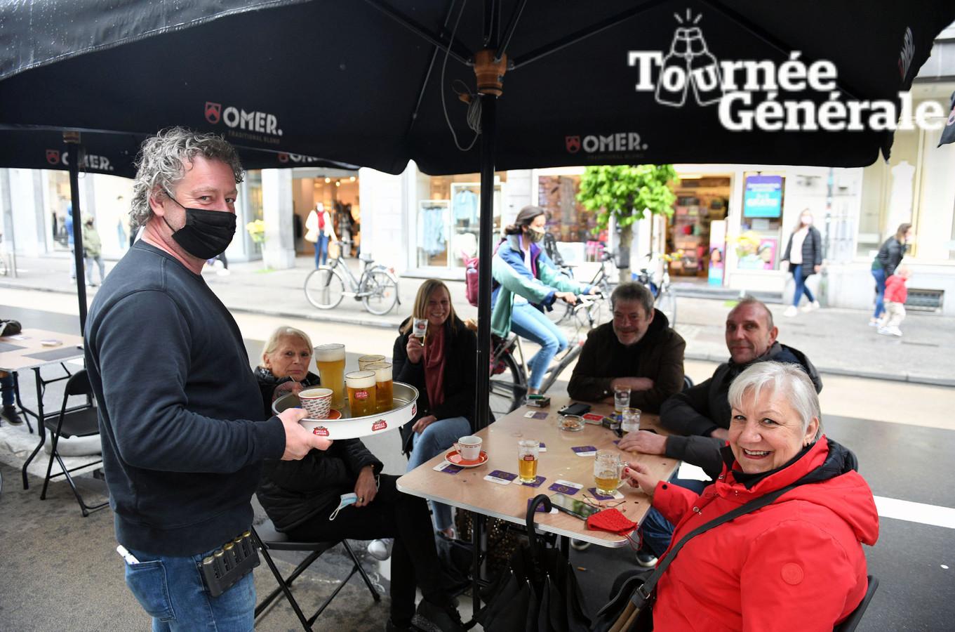 Cafébaas Ronny van De Leivense Ton aan het uitgebreide terras dat enkel op zaterdagen ingezet kan worden.