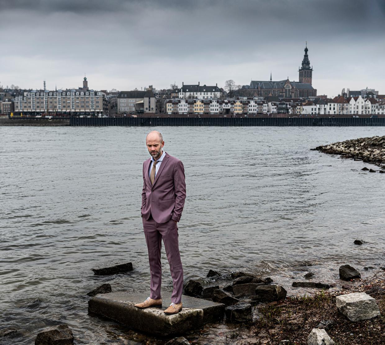Schrijver Jaap Robben schrijver aan de oever van Waal bij Nijmegen.