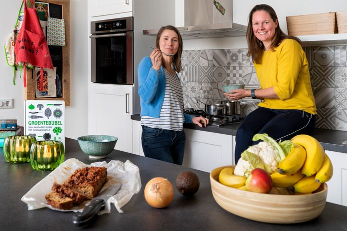"""Marieke de Groot  (links) en Brenda Frunt van de voedingsacademie in Den Bosch: ,,Wij willen voorkomen dat mensen ziek worden omdat ze niet gezond eten."""""""