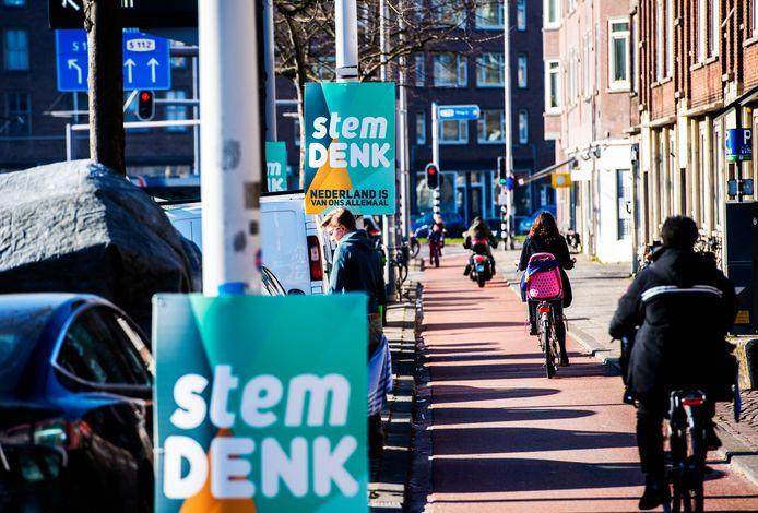 Denk strooit in Rotterdam en Schiedam met verkiezingsborden.