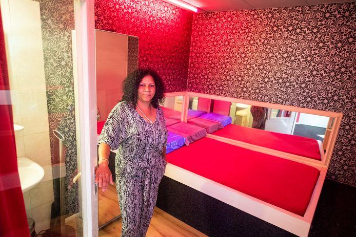Rosanna Ramirez uit Heerenveen in één van de kamers in het prostitutiebedrijf El Amor.