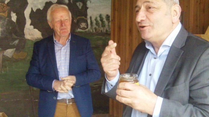 ZLTO-voorzitter Hans Huijbers proeft goedkeurend de nieuwe honing van Toon van den Oord (links).