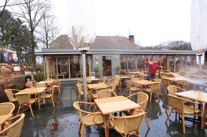Het terras van restaurant 't Nekkermenneke in Bladel wordt schoongespoten.