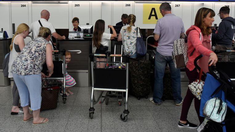 Passagiers aan een incheckbalie. Archieffoto. Beeld reuters