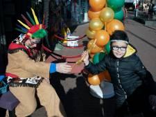 Nijmegen Rechtsaf op wacht bij de FeestXpert om links protest te voorkomen bij schminken tot indiaan
