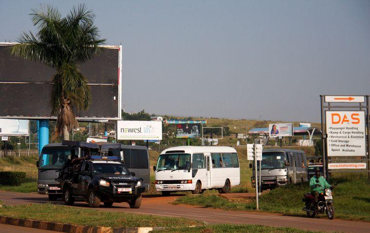 Afghaanse vluchtelingen worden in bussen naar hun onderkomen gebracht vanaf Entebbe International Airport in Oeganda. Beeld REUTERS