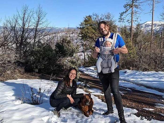 John, zijn vrouw Ellen, hun dochtertje Muji en hun hond tijdens een eerdere wandeltrip.