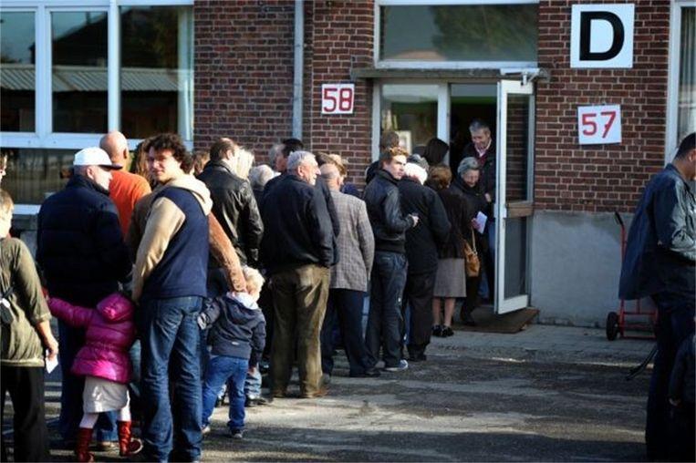 Niet overdrijven met stemfies, er wachten nog mensen om hun stem uit te brengen.