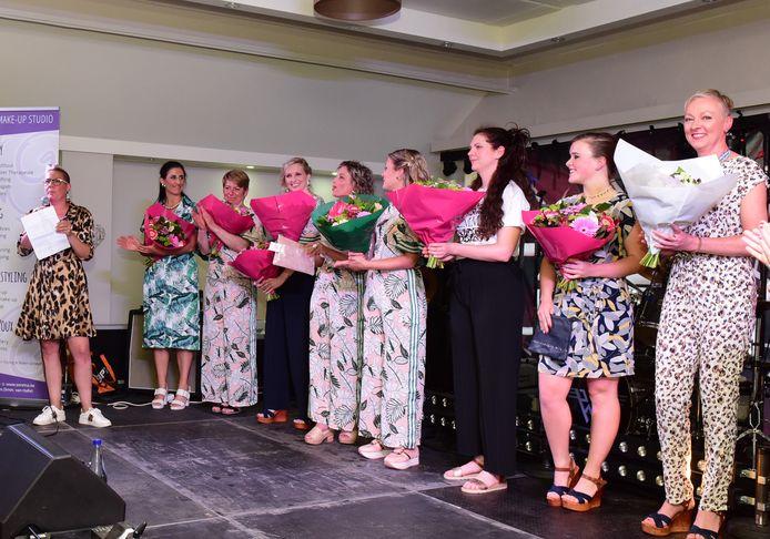 Na de modeshow kregen de mannequins een bloemetje van Ingrid (links).
