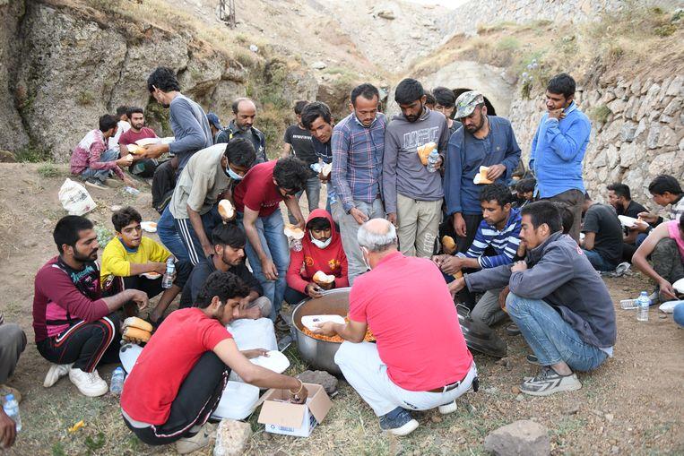 Een groep Afghaanse migranten in Turkije. De mannen zijn via Iran gevlucht. Gevreesd wordt dat de stroom richting Europa alleen maar zal aanzwellen. Beeld Brunopress