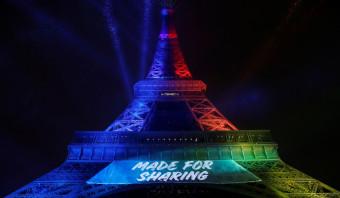 Olympische slogan in onverdraaglijk Engels bezoedelt de Parijse Eiffeltoren
