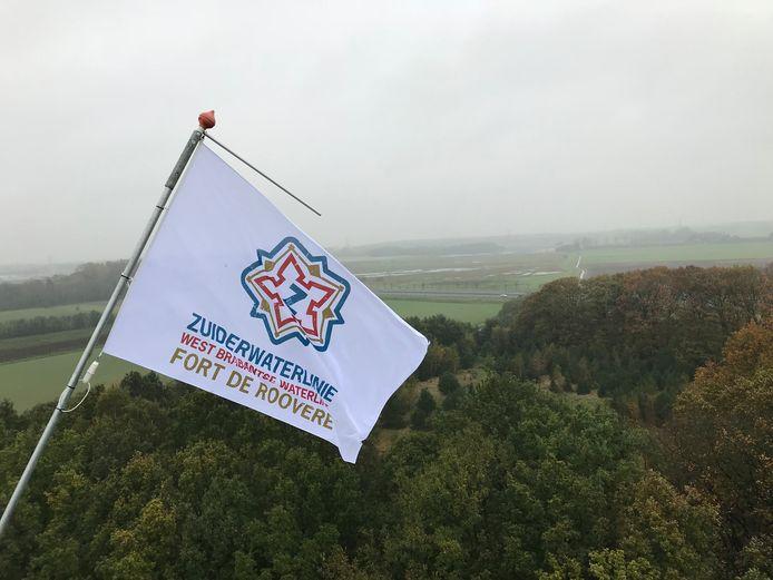 Vlag in top van de Zuiderwaterlinie op toren Pompejus op Fort de Roovere in Halsteren.