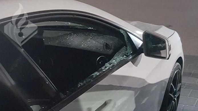 Een onbekende dader sloeg de ruiten van een auto in en vernielde ook de motorkap.