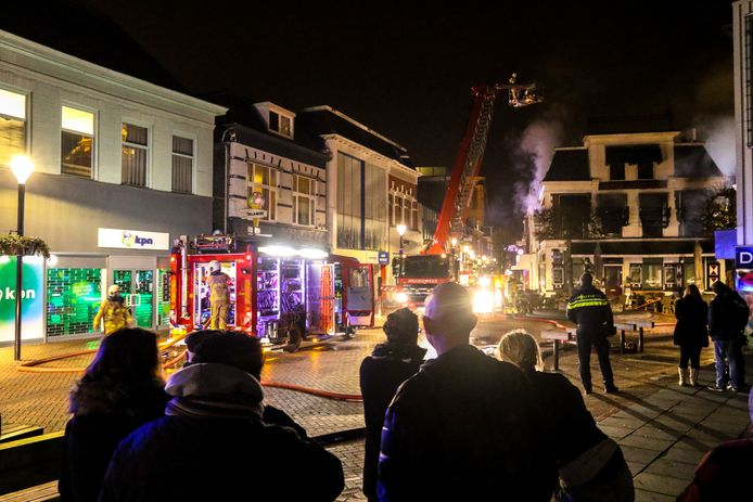 De brand bij de Stadsherberg trok destijds ook midden in de nacht veel bekijks.