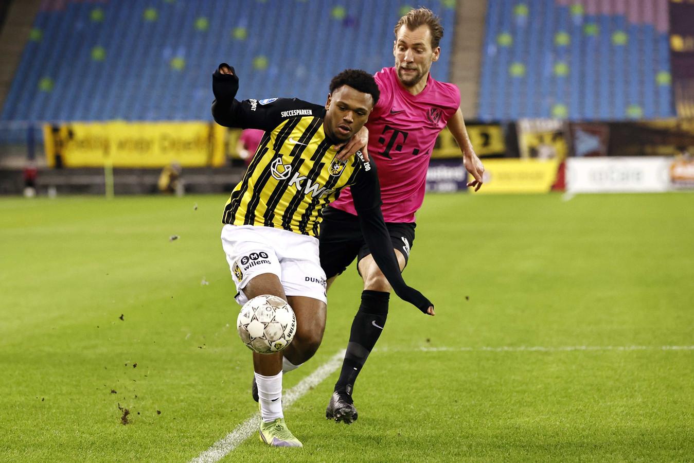Loïs Openda (links) schudt Willem Janssen van FC Utrecht van zich af. De Belg staat in het bekerduel met ADO Den Haag vermoedelijk weer aan de aftrap bij Vitesse.
