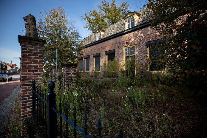 De Oude Pastorie in Veldhoven staat er al jaren verloederd bij. Het wordt binnenkort verbouwd tot woongebouw, maar de Stichting Veldhoven Dorp Historisch Bekeken is niet blij met de plannen.