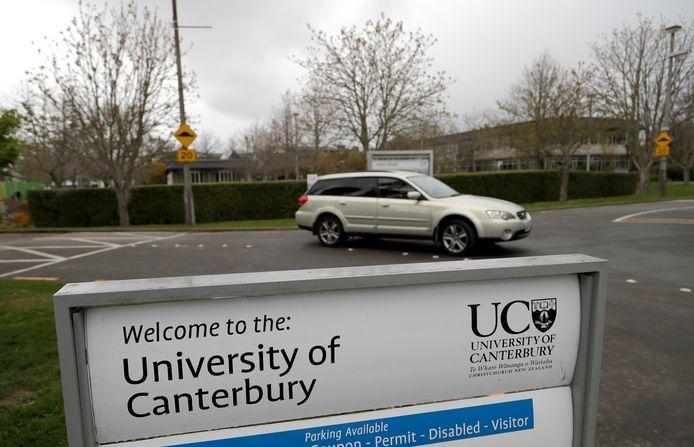 De universiteit reageert geschokt en snapt niet hoe dit kon gebeuren.