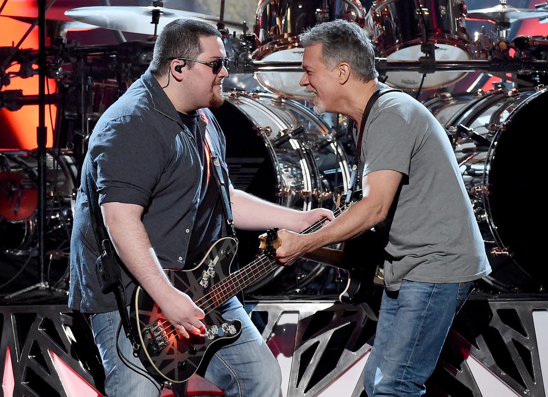 Vader en zoon Van Halen samen op het podium in 2015: 'Ik heb nooit les gehad, mijn vader gaf wel eens een aanwijzing, maar ik ben altijd mijn eigen gang gegaan en heb zo mijn eigen stijl ontwikkeld' Beeld Getty Images