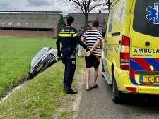 Omstanders treffen auto in Weerselose sloot aan: dronken bestuurder aangehouden