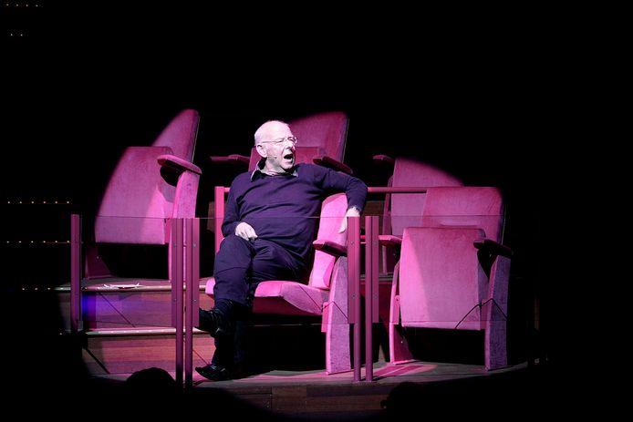 Bert Kuijpers tijdens een show in theater Het Speelhuis in Helmond.