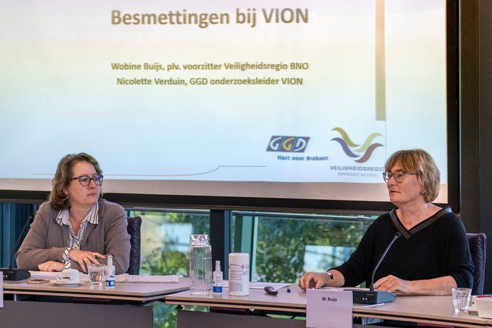 Wobine Buijs (rechts) van de Veiligheidsregio Brabant-Noord en Nicolette Verduin van de GGD Hart voor Brabant geven uitleg over de corona-aanpak bij vleesbedrijf Vion.