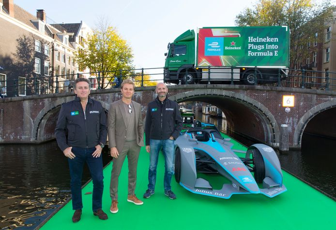 Alejandro Agag, oprichter en ceo van Formule E (links), voormalig Formule 1 -wereldkampioen Nico Rosberg en Gianluca Di Tondo, sponsordirecteur Heineken vanmorgen in Amsterdam tijdens de presentatie van Heinekens sponsorschap van de Formule E