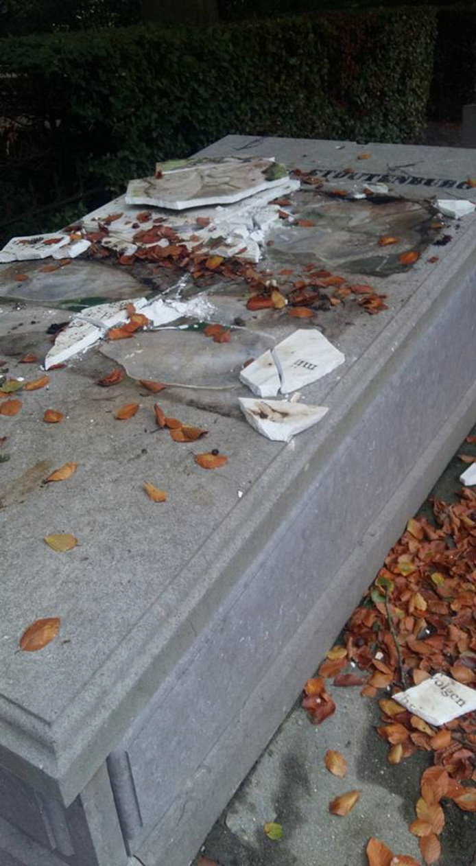 Witte marmeren platen werden opgepakt en stukgegooid.