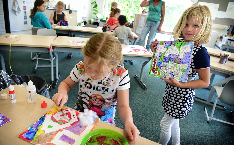 Kinderen van groep 3 en 4 van de Gravin van Rechterenschool in Appeltern maken een cadeautje voor Vaderdag.  Beeld Marcel van den Bergh / de Volkskrant