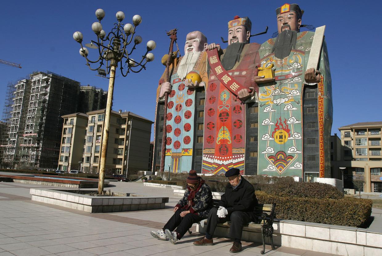 Het Tianzi Hotel in de vorm van drie traditionele goden. Beeld BELGAIMAGE