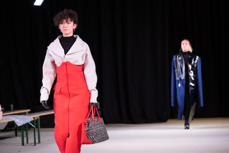 Studenten van Mode van Ursulinen Mechelen stellen in een kleurrijke modeshow hun afstudeercollecties voor in De Loods