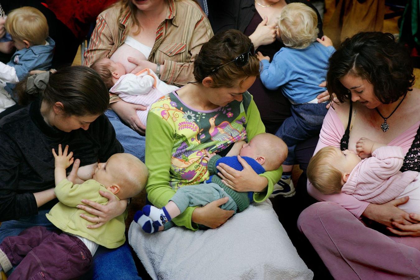 In het openbaar borstvoeding geven, is nog niet overal geaccepteerd. Foto ter illustratie.