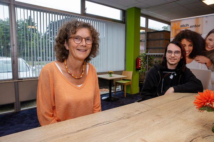 Pytha Albers-Heitner en haar mentee Martijn (19) die ze het afgelopen half jaar begeleidde