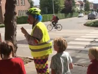 """Verkeersclown helpt kinderen oversteken: """"Meer gezag dan politieagent of leerkracht"""""""