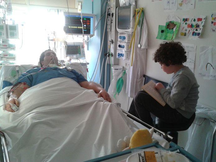 Op de intensive care leest zoon Fakhry zijn vader Dries, die in coma ligt, voor.