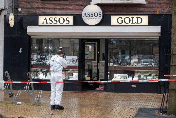 De politie doet sporenonderzoek na de gewelddadige overval op Assos Gold.