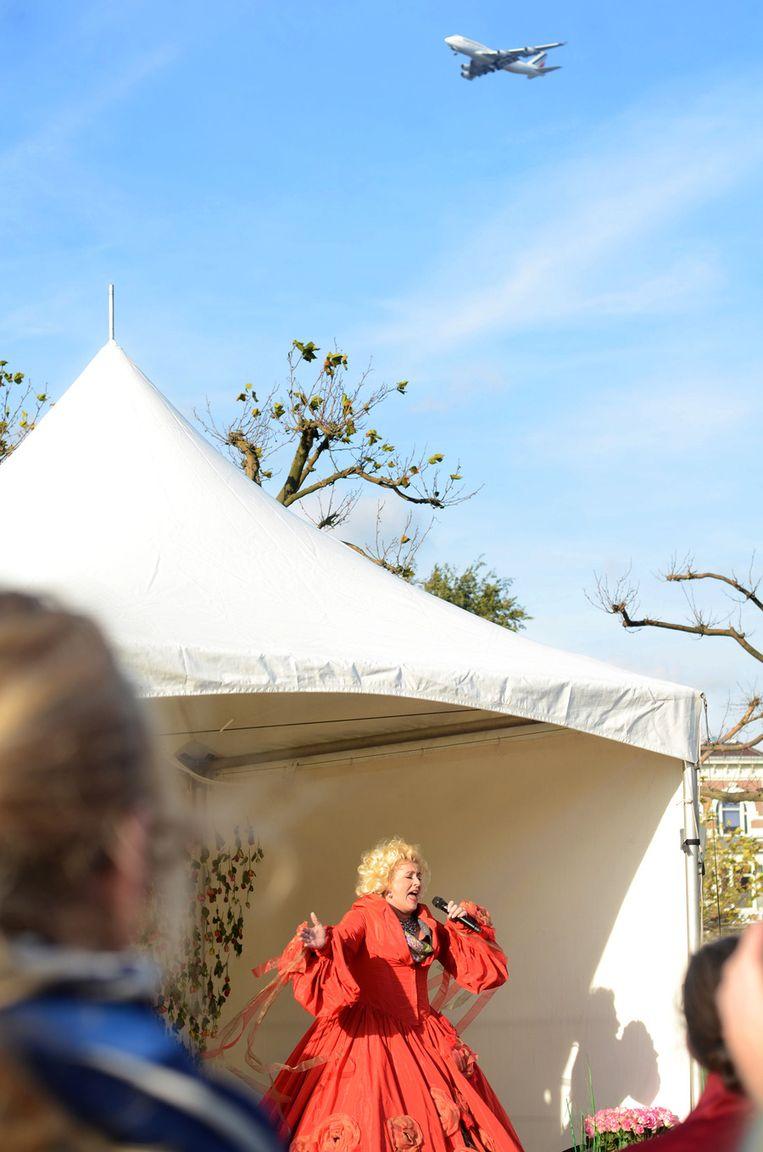 Zangeres Karin Bloemen zingt tijdens de opening van de fototentoonstelling op het Museumplein. Beeld Michael Schaap