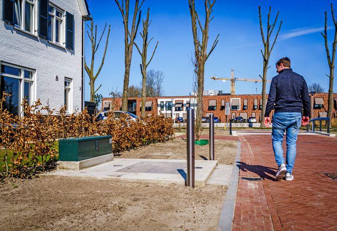 De rioolkast werd na hevig protest van de bewoners van een woning aan de Hazelaarlaan verlaagd in plaats van verplaatst.