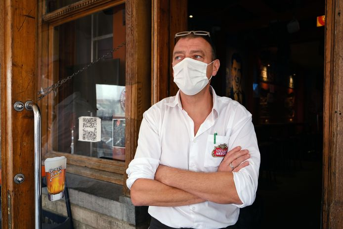 Karim Benjelloun van café Plaza in betere tijden toen de deur van zijn zaak nog open mocht...Hij hoopt snel weer aan de slag te kunnen gaan in zijn café.