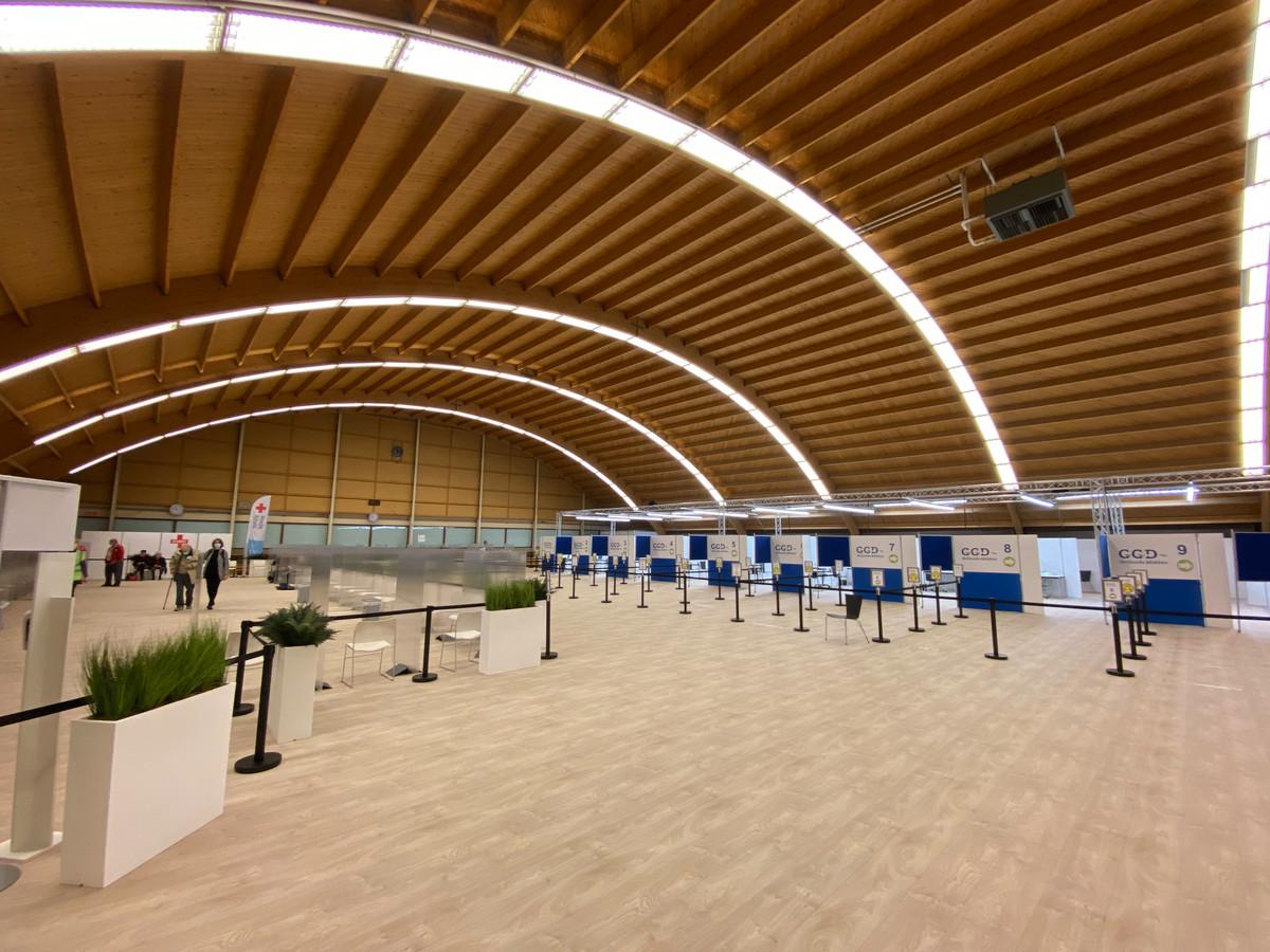 Eind maart was de 'prikzaal' in sportcomplex Nieuwe Sloot in Alphen leeg. Inmiddels laten meer zorgmedewerkers zich inenten tegen corona.