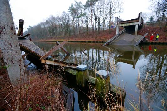 De oude, houten fietsbrug stortte ruim twee jaar geleden in.
