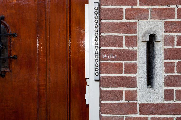 De voordeur van Kraneweg 74, het voormalig geografisch instituut, dat tegenwoordig een studentenhuis is.  Beeld Renate Beense
