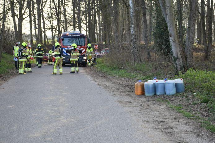 In de zijstraat van de Zevenheuvelenweg in Berg en Dal zijn woensdagavond vaten met drugsafval aangetroffen.